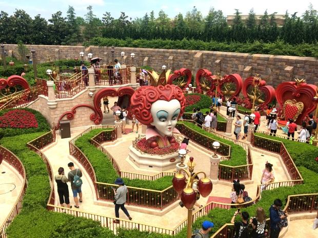 shanghai-disneyland-alice-in-wonderland-maze-1