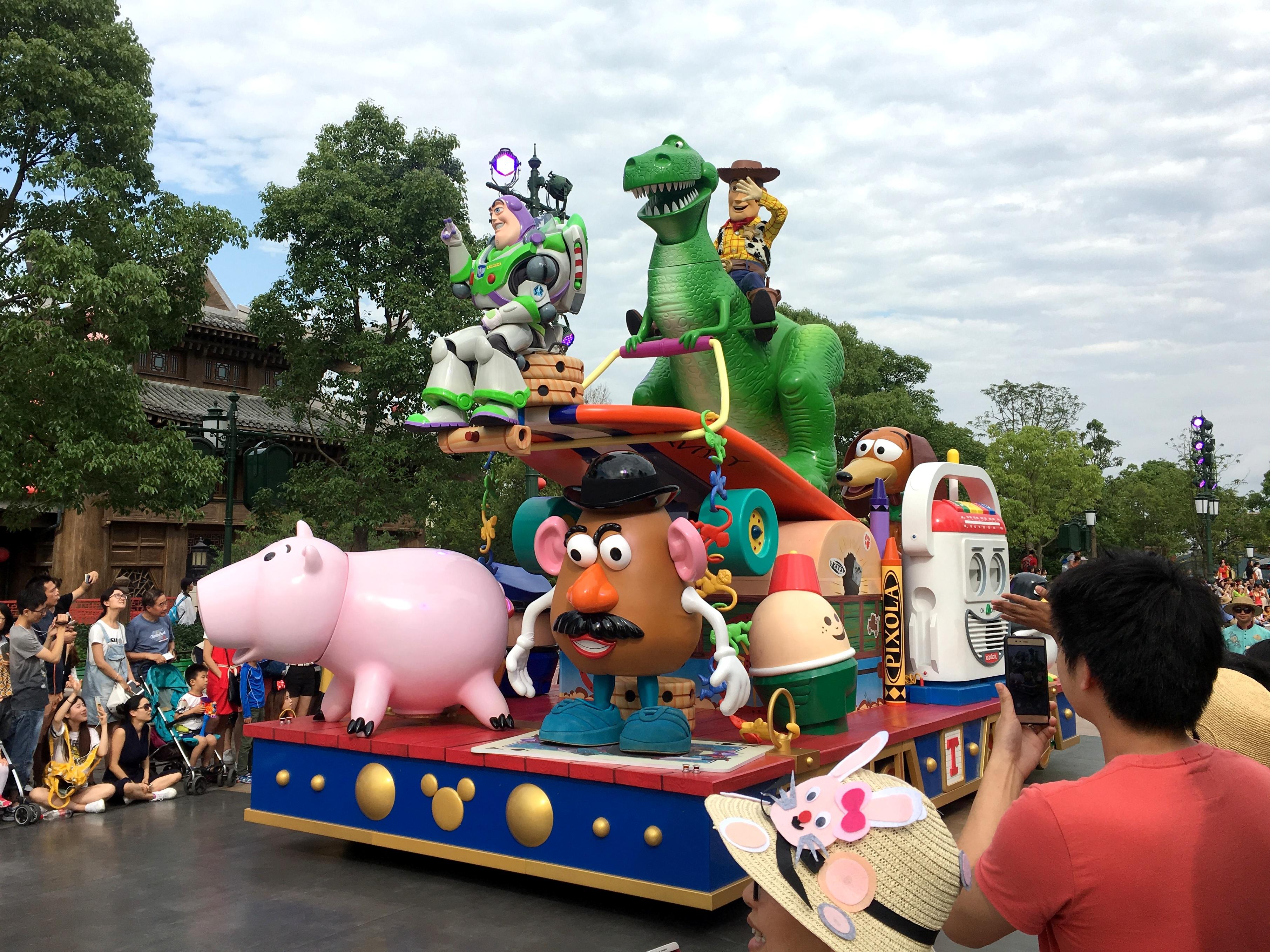shanghai-disneyland-mickeys-storybook-express-parade-1