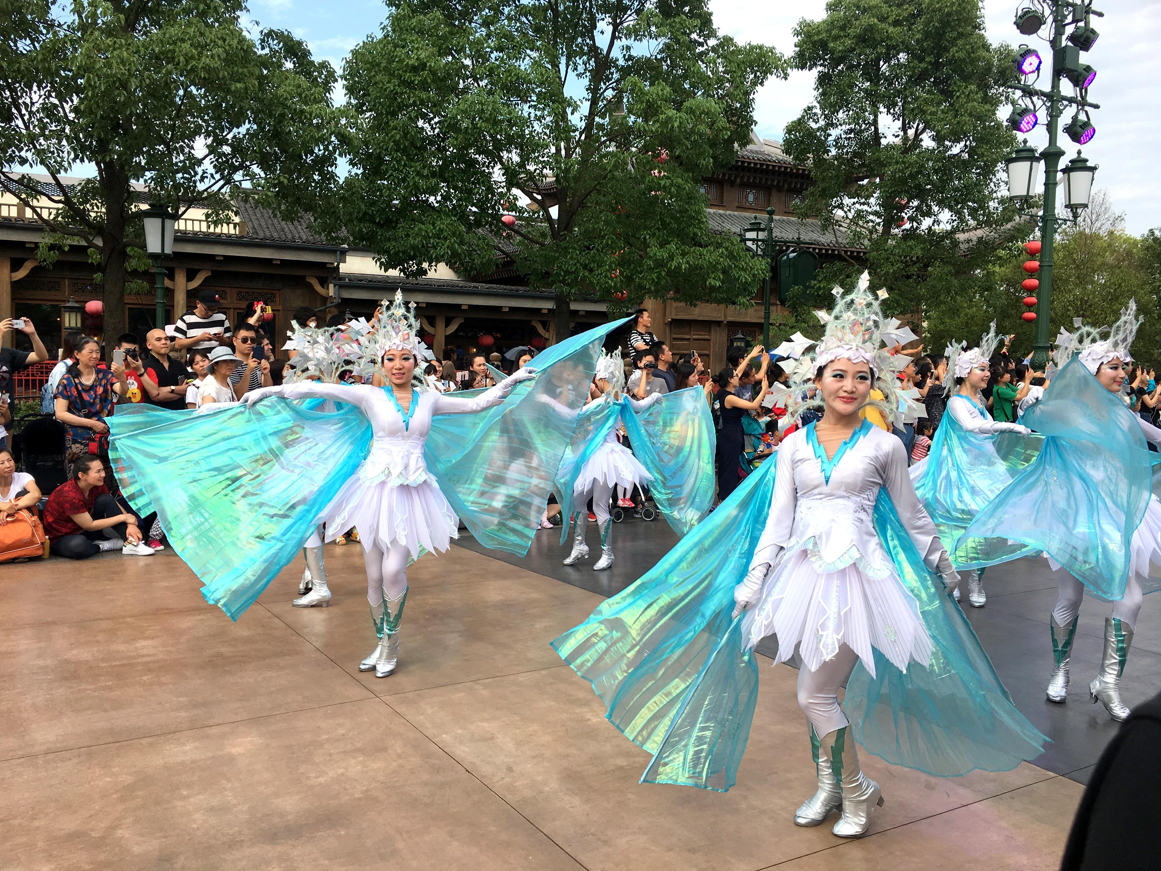 shanghai-disneyland-mickeys-storybook-express-parade-3